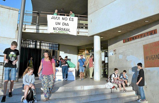 Alumnos del IES Marratxí llegan al colegio en el primer día del...