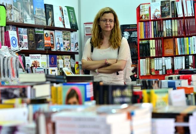 Una mujer pasea entre multitud de libros en la inauguración de la...