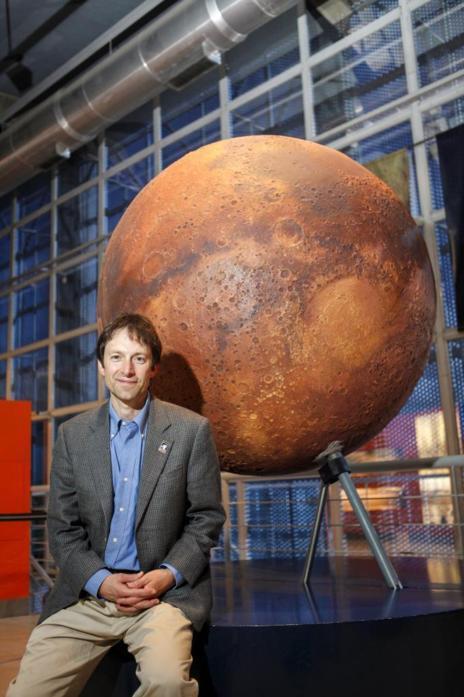 Joseph Lazio, director de la Red del Espacio Profundo de la NASA, en...