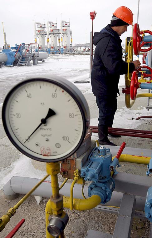 Un trabajador en la estación de gas de Mryn (Ucrania).