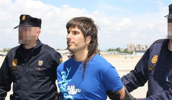 Agirre García, esposado durante su traslado por la policía...