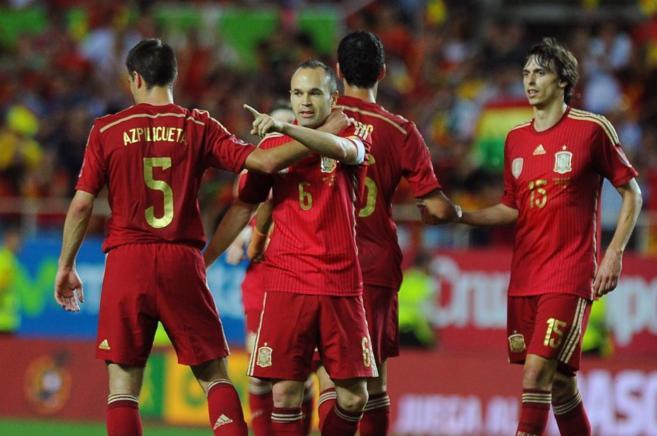 Iniesta celebra el segundo gol de España frente a Bolivia en el...