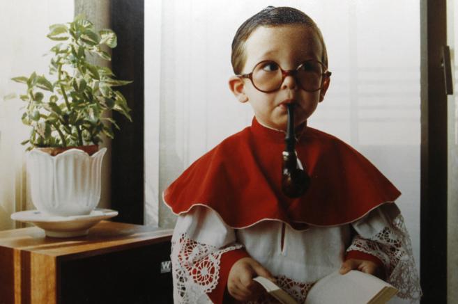 Iglesias, con 5 años, disfrazado de monaguillo, con la pipa de su...