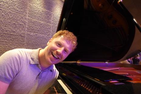 James Lyne posa en el piano del bar tras la entrevista en un hotel de...