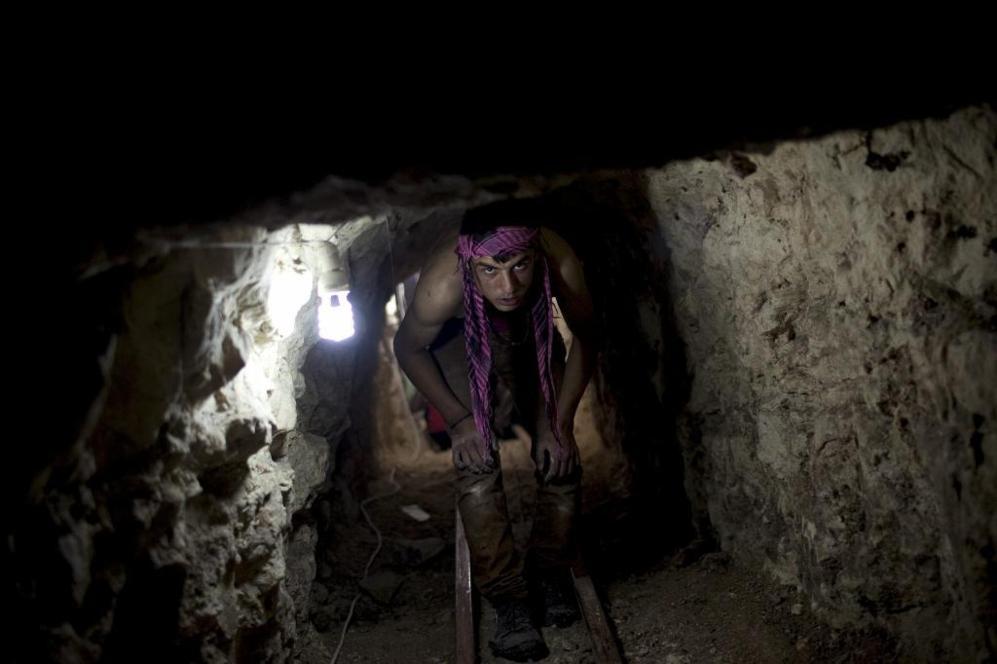 Aleppo.Soldado rebelde sale del tunel después de haber terminado su...