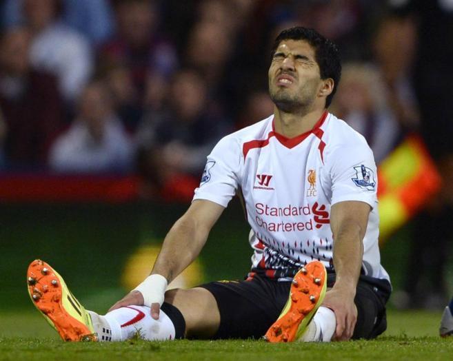 Luis Suárez se lamenta durante un partido con el Liverpool.