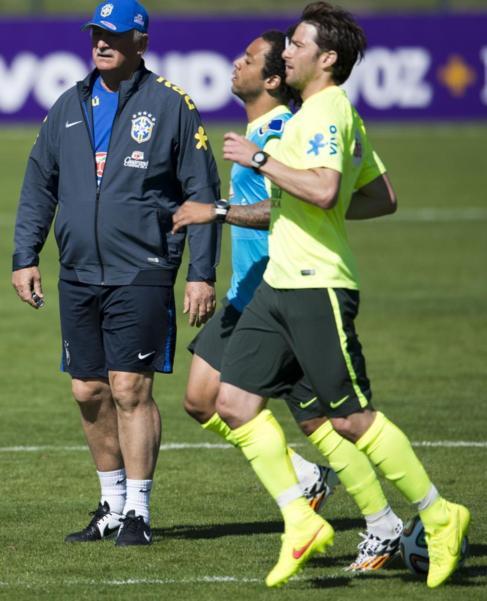 Scolari, junto a Marcelo y Maxwell durante un entrenamiento.