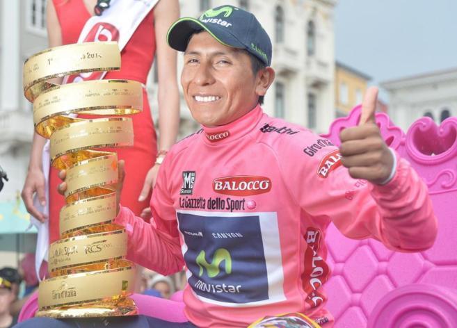 Nairo Quintana posa con el trofeo de ganador del Giro de Italia.