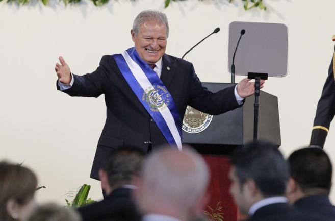 El nuevo presidente salvadoreño saluda tras su discurso de...
