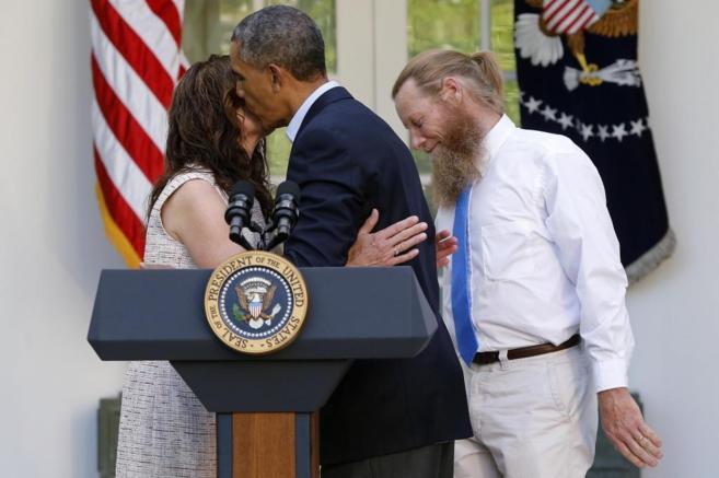 Obama besa a la madre del sargento Bergdahl, en presencia de su padre.