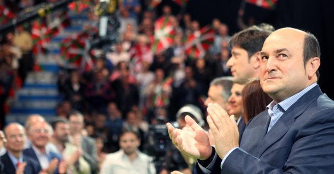 Andoni Ortuzar aplaude durante el acto de cierre de campaña en el...