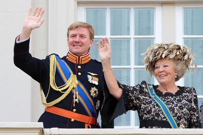 Beatriz de Holanda, con su hijo Guillermo, hoy rey.
