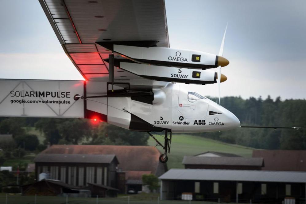 """""""Solar Impulse 2"""" durante su despegue de la base aérea de Payerne..."""