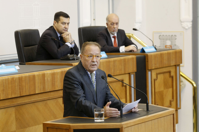 Enrique Santiago, ayer, en un momento de su discurso en el Salón de...