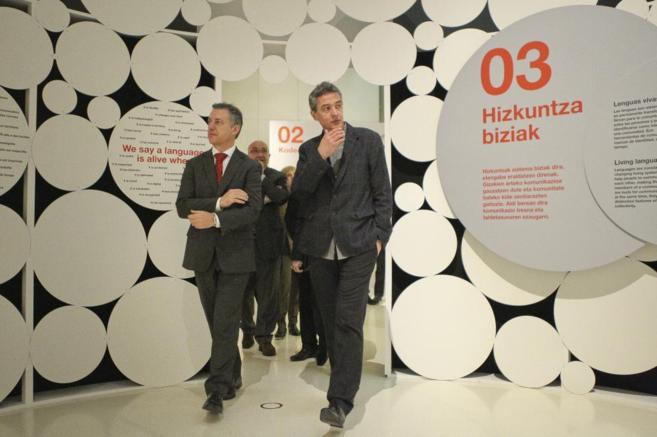 El viceconsejero de Cultura, Joxean Muñoz, con el lehendakari en el...