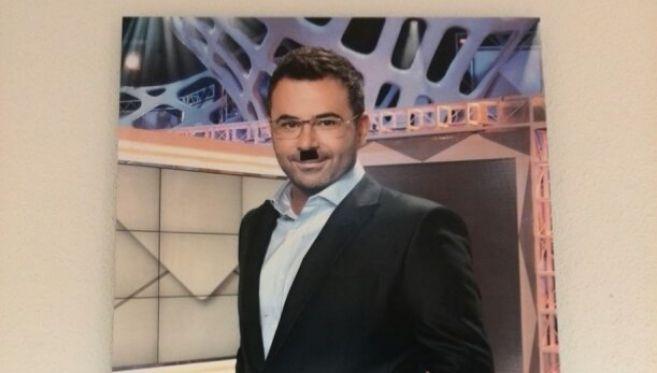 Así quedó la imagen del presentador, expuesta en los pasillos de la...