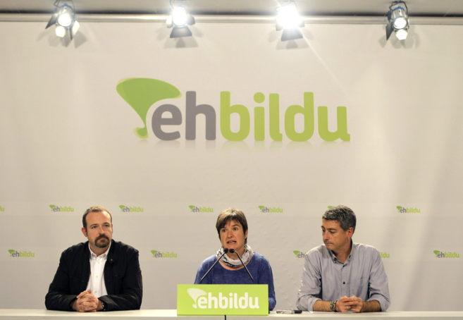 Los dirigentes de EH Bildu al Parlamento Europeo Maite Ugarteburu,...