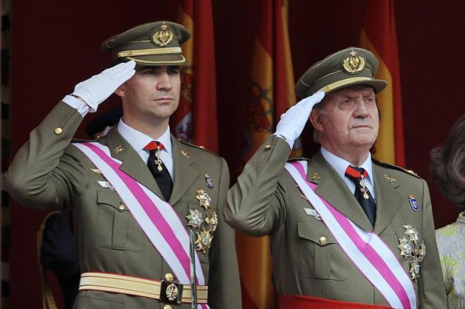 El príncipe Felipe junto al rey Juan Carlos en el desfile de las...