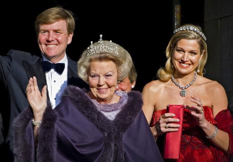 La reina Beatriz de Holanda y sus herederos, Guillermo y Máxima, en...