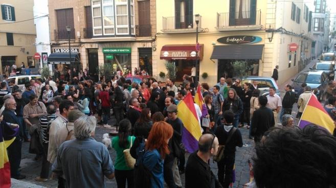 Más de 200 personas se han concentrado en Mahón para pedir una...