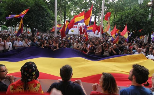 Una gran bandera tricolor preside la concentración en la Plaza Nueva...