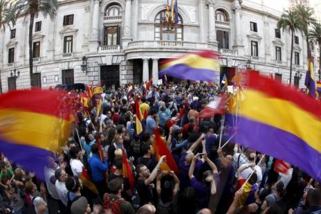 Miles de personas se han concentrado en la Plaza del Ayuntamiento.