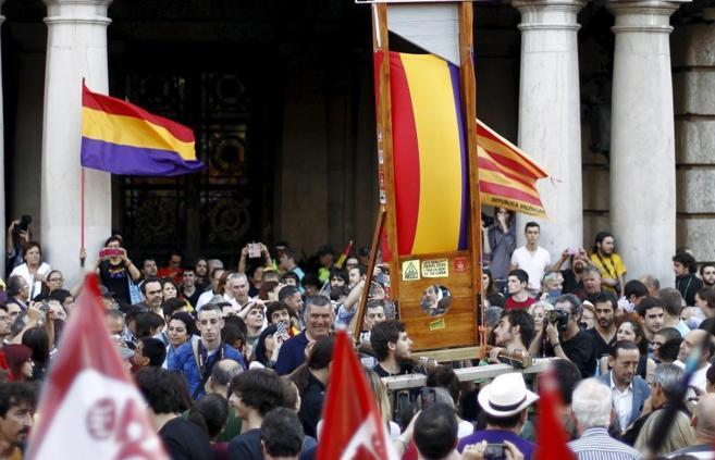 Una guillotina bajo el balcón del Ayuntamiento de Valencia.