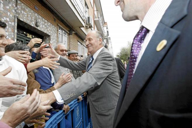 El Rey se saltó el protocolo para saludar a la gente que lo aclamaba...