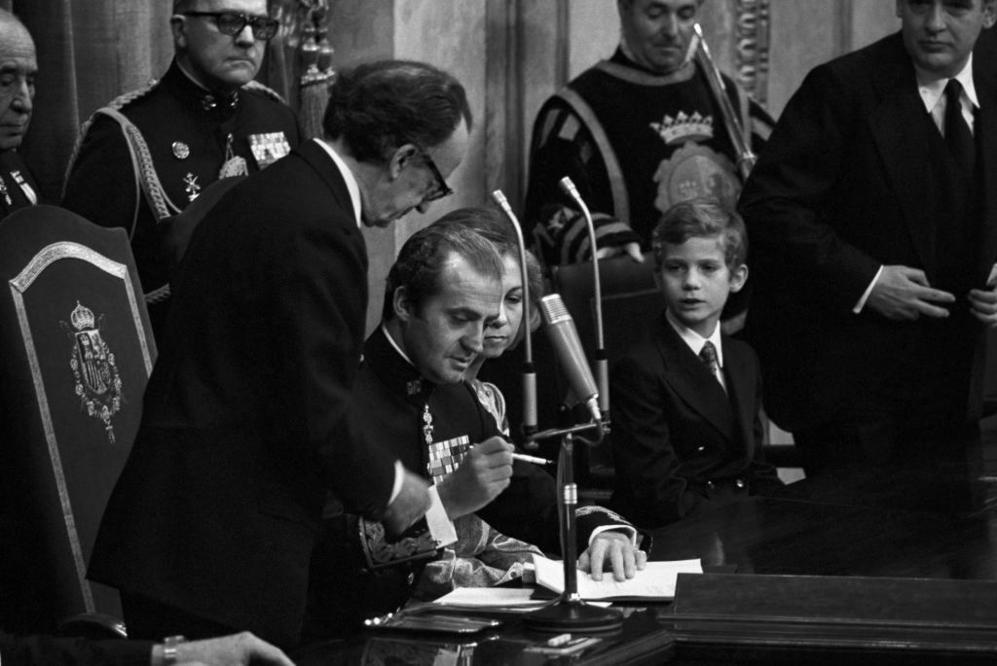 El Rey durante la sanción de la Constitución española