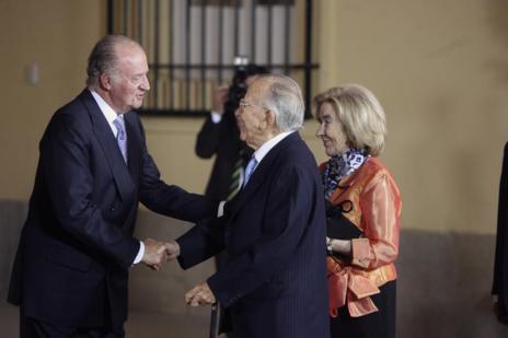 Santiago Carrillo saluda al Rey en la celebración del 70 cumpleaños...