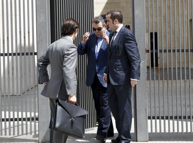 Juan Soler, junto a su abogado y su hijo, a la salida de la Ciudad de...