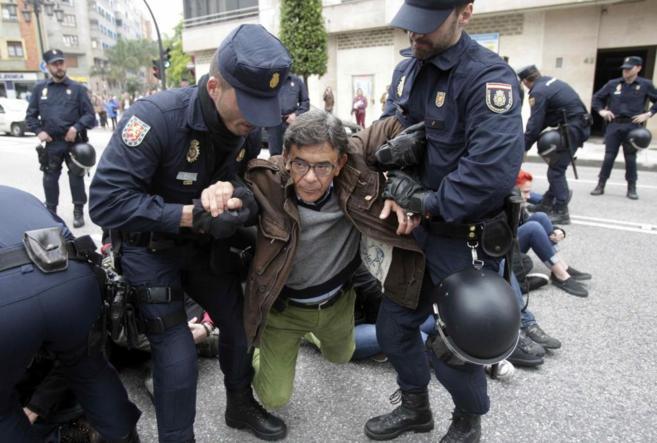 La policía saca en volandas al portavoz de IU en el Ayuntamiento,...
