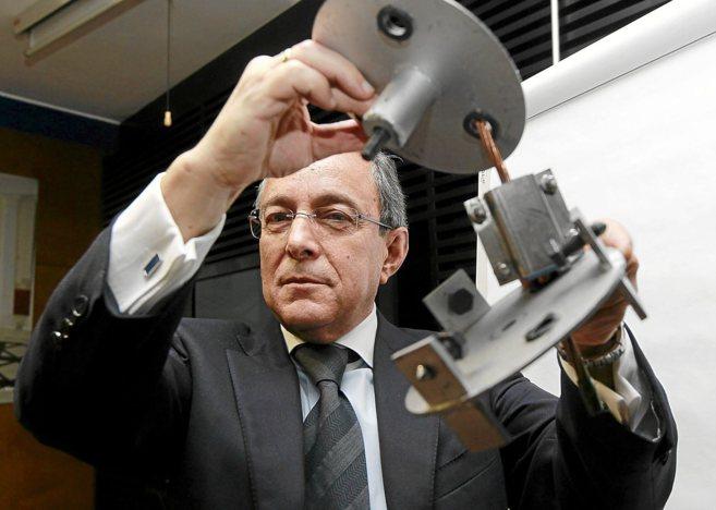 Javier Martín muestra el sistema para evitar los robos del cableado...