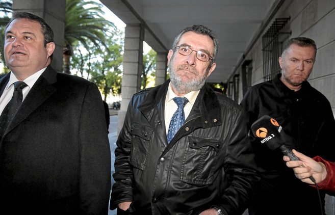 Antonio Rivas (en el centro), cuando acudió a declarar ante la juez...