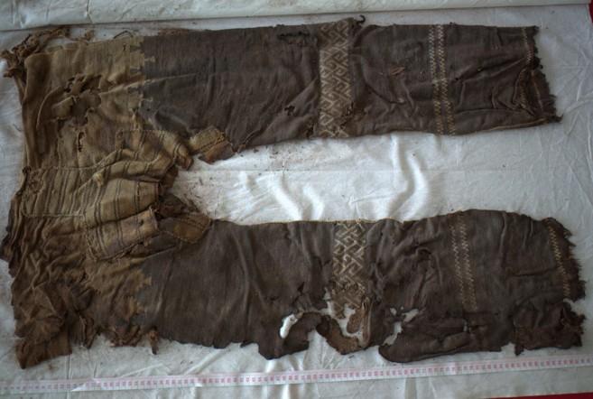 Los pantalones hallados durante la excavación.
