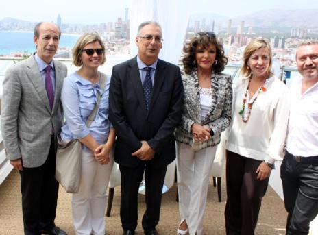 Collins, junto al alcalde de Benidorm y la concejal de Turismo, este...