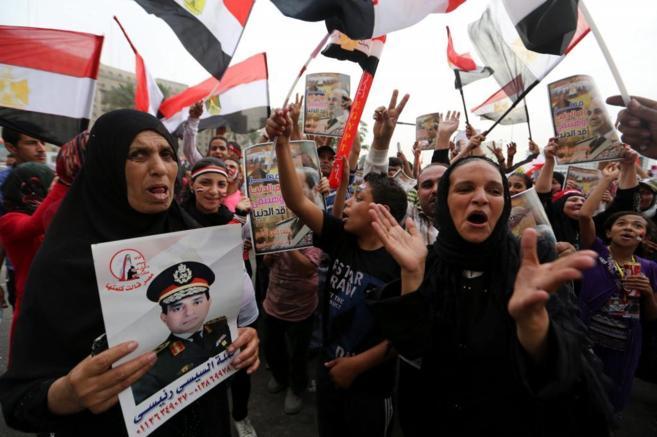 Miles de personas celebran la victoria del general Al Sisi en la plaza...