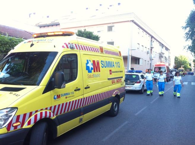 Los médicos del Summa en el edificio donde se halló el cadáver.