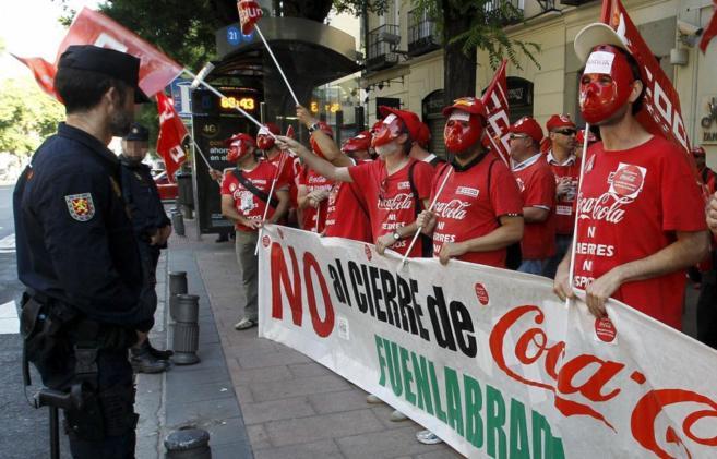 Trabajadores despedidos de Coca-Cola protestando ayer ante la sede de...