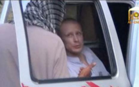 El soldado Bergdahl en la furgoneta donde fue trasladado por los...