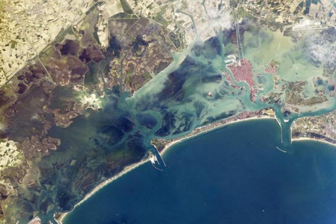 Vista aérea de Venecia con el proyecto 'Moisés' en marcha.