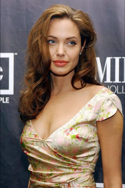 Angelina además ha oscurecido su melena, y ha endurecido sus...