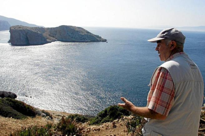 Un ciudadano marroquí, observa el islote de Perejil, en una foto de...
