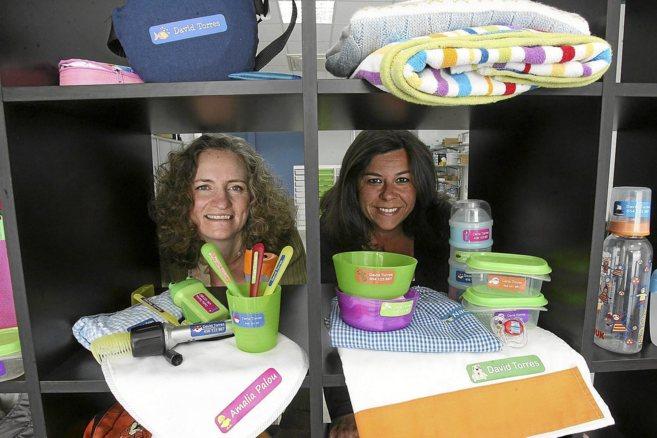 Stephanie Marko y María José Rivas posan con productos marcados en...