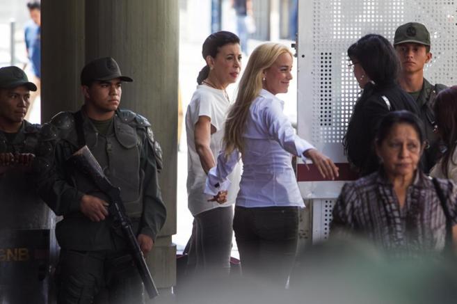 La esposa de López, Lilian Tintori, acompañada de su suegra, llega...