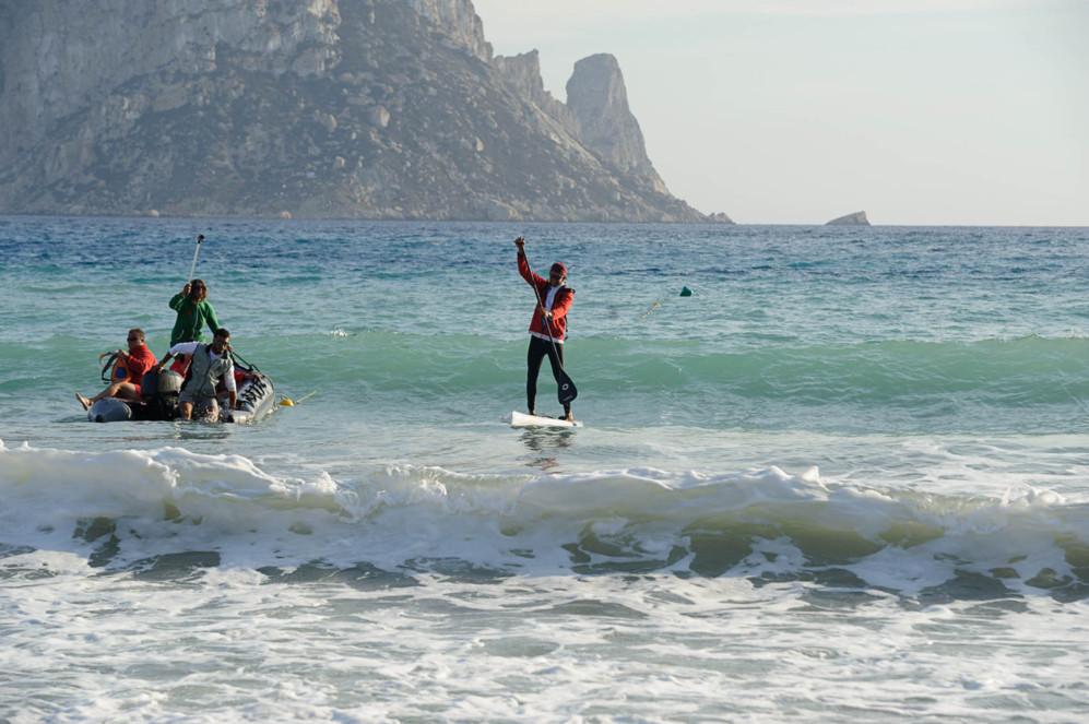 Alan Hermann, llegando a la playa de Cala d'Hort, en Ibiza, tras 17...