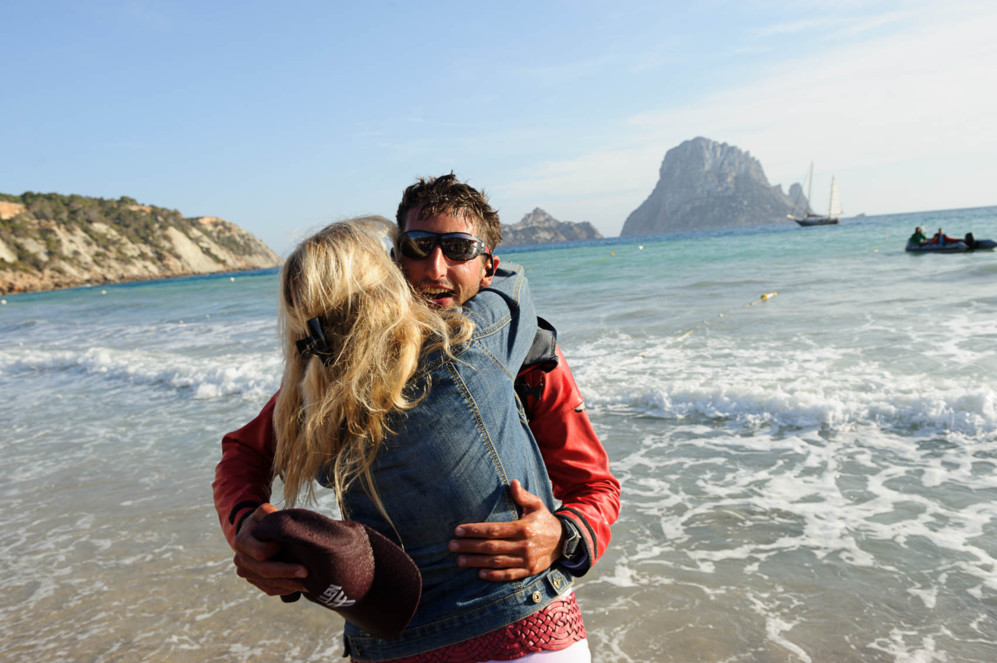 Alan Hermann, tras llegar a la playa de Cala d'Hort, en Ibiza.