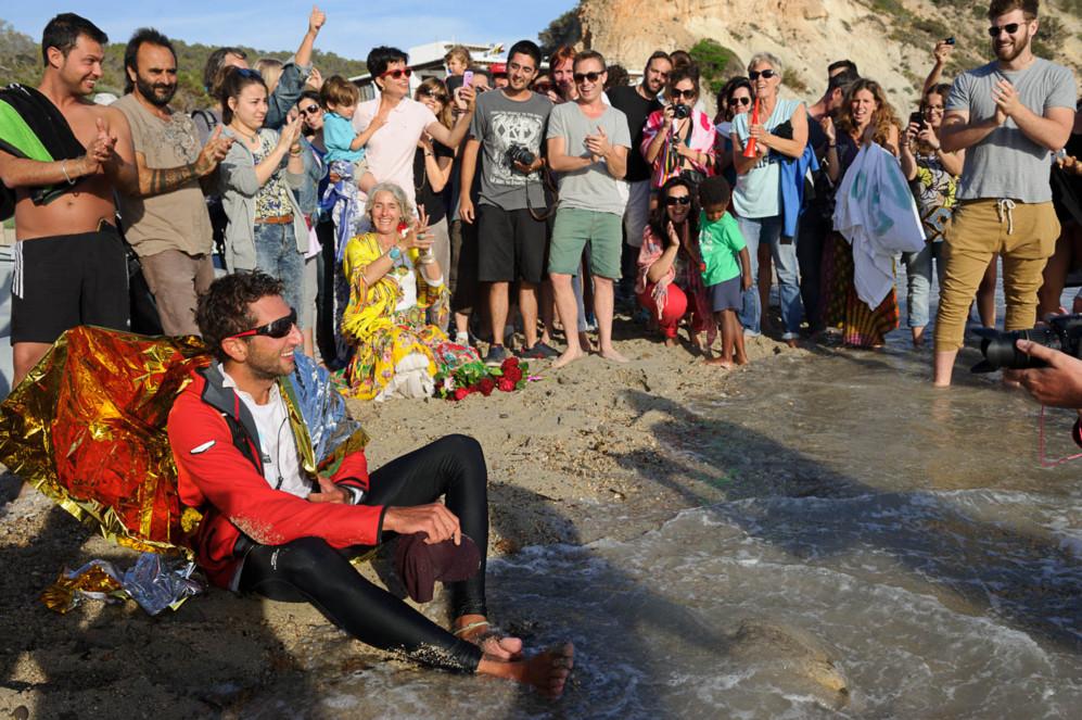Alan Hermann, rodeado de amigos y familiares, a su llegada a la playa...