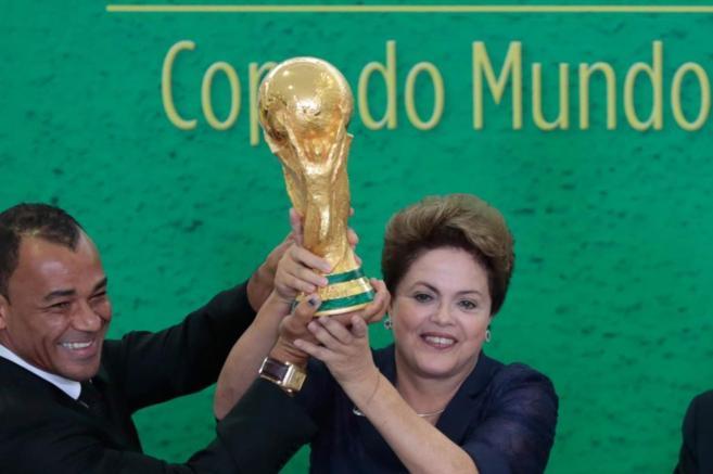 La presidenta de Brasil, Dilma Rousseff (d), y el ex jugador Cafú,...