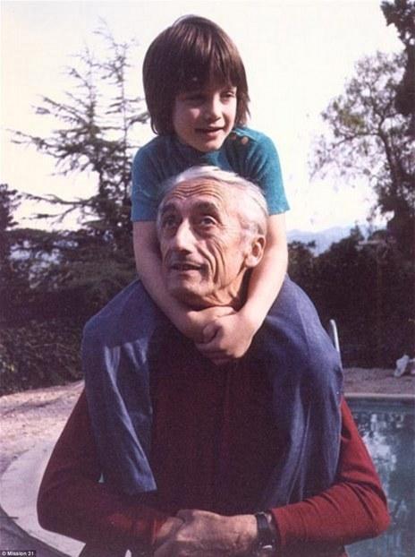 Fabien, junto a su abuelo Jacques Cousteau.